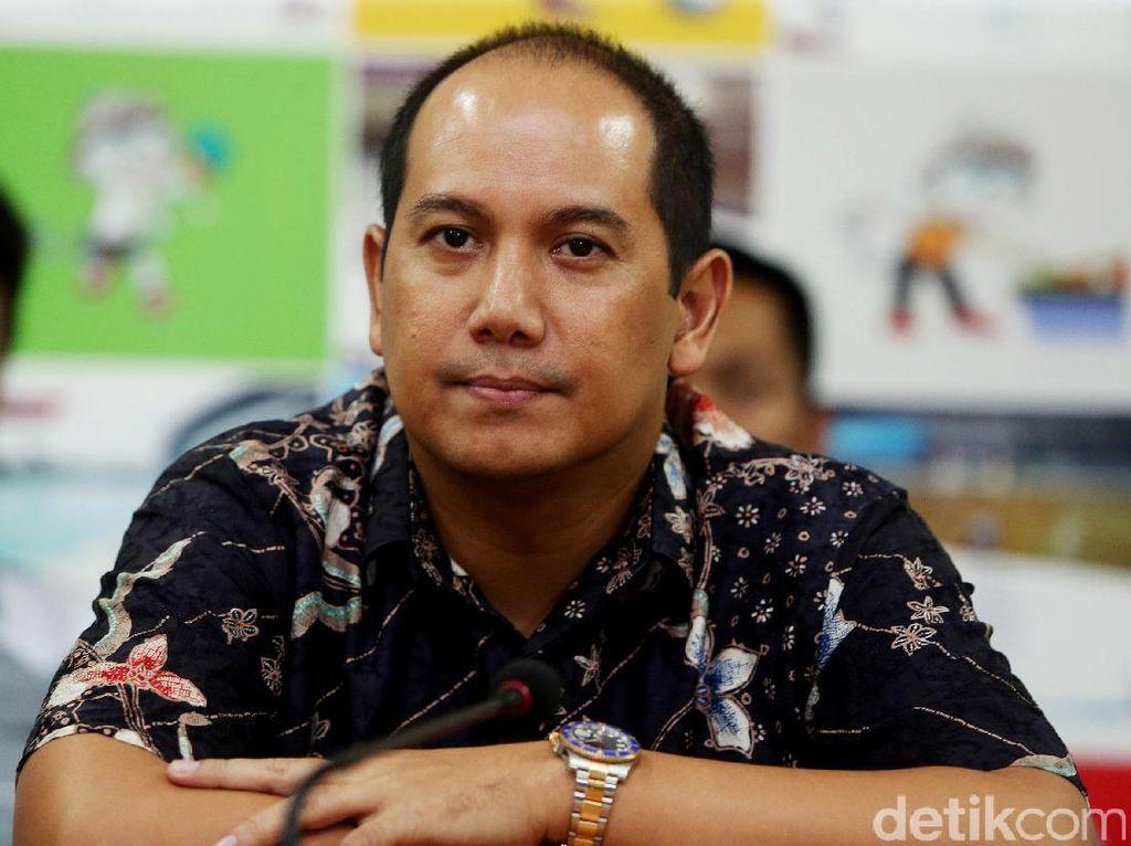 Dody Rahmadi Amar menyerahkan formulir pendaftaran bakal calon Ketua Umum KONI DKI periode 2017-2021, kepada Tim Penjaringan dan Penyaringan (TPP), di Sekretariat KONI DKI Jaya, Selasa (18/04/2017).