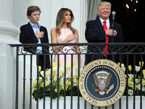 Viral, Momen Melania Trump Senggol Donald Trump saat Nyanyi Lagu Kebangsaan