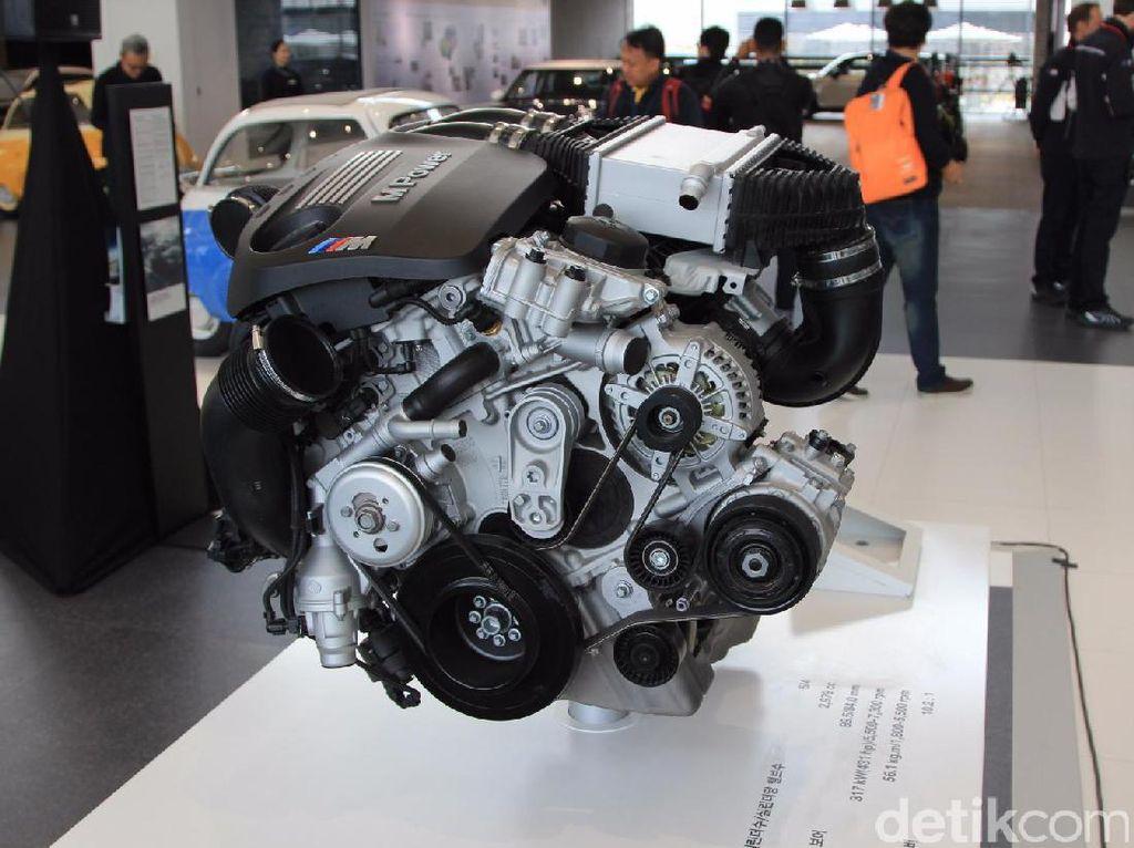 Aneka mesin BMW diperlihatkan di sini. Foto: M Luthfi Andika