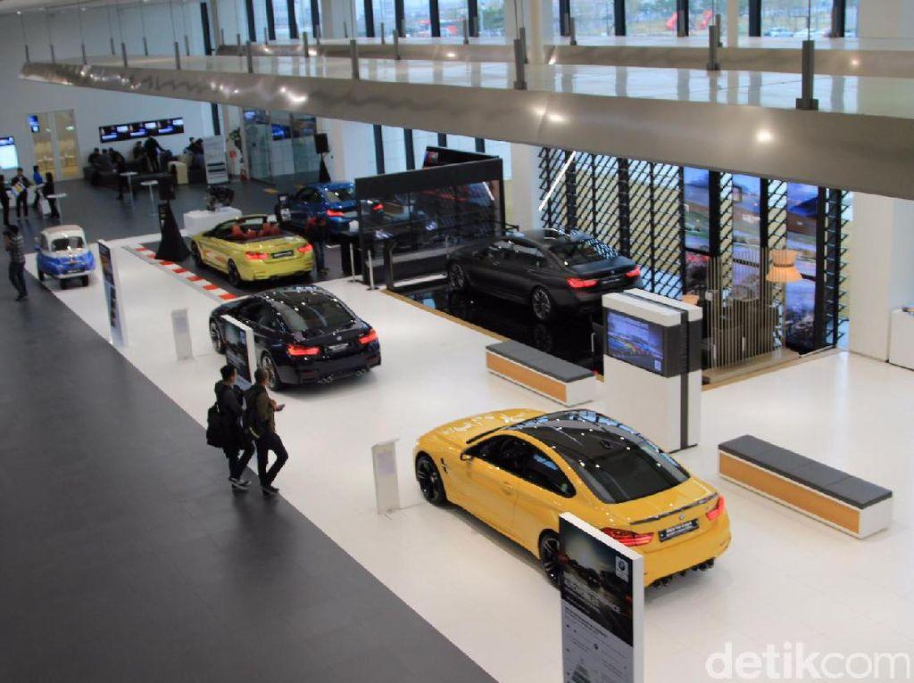 Berbagai mobil BMW mulai dari mobil keluaran lama sampai terbaru ada di sini. Foto: M Luthfi Andika