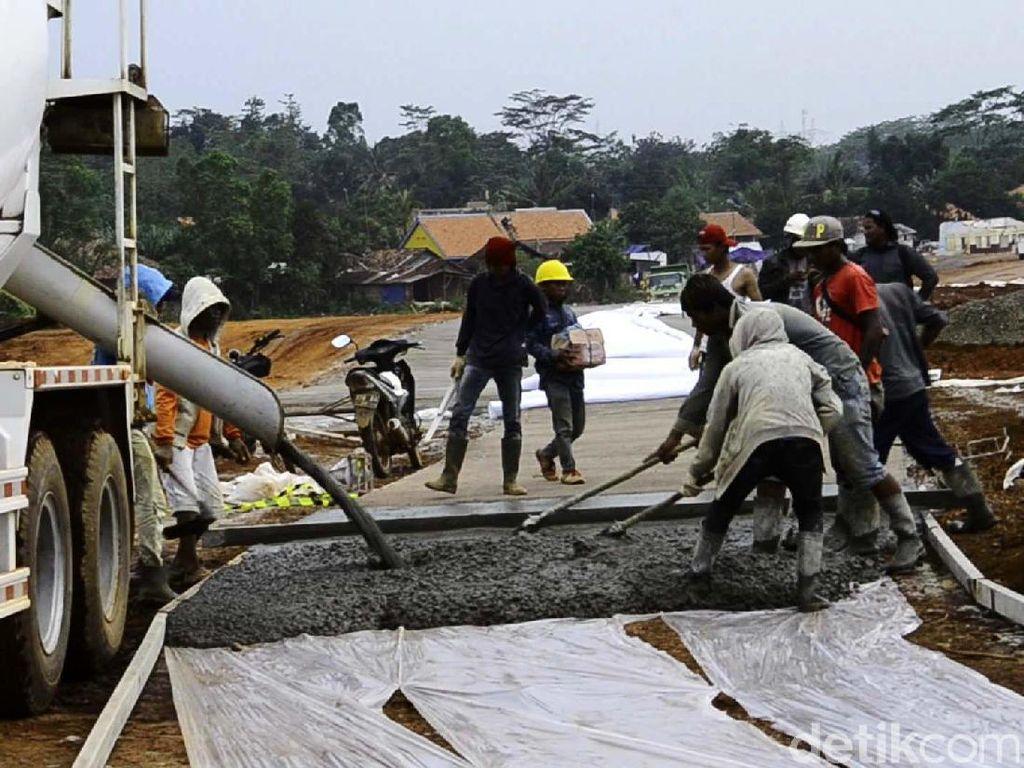 Pekerja melakukan pengecoran jalan Tol Pemalang-Batang. Pool/Robby Bernardi.