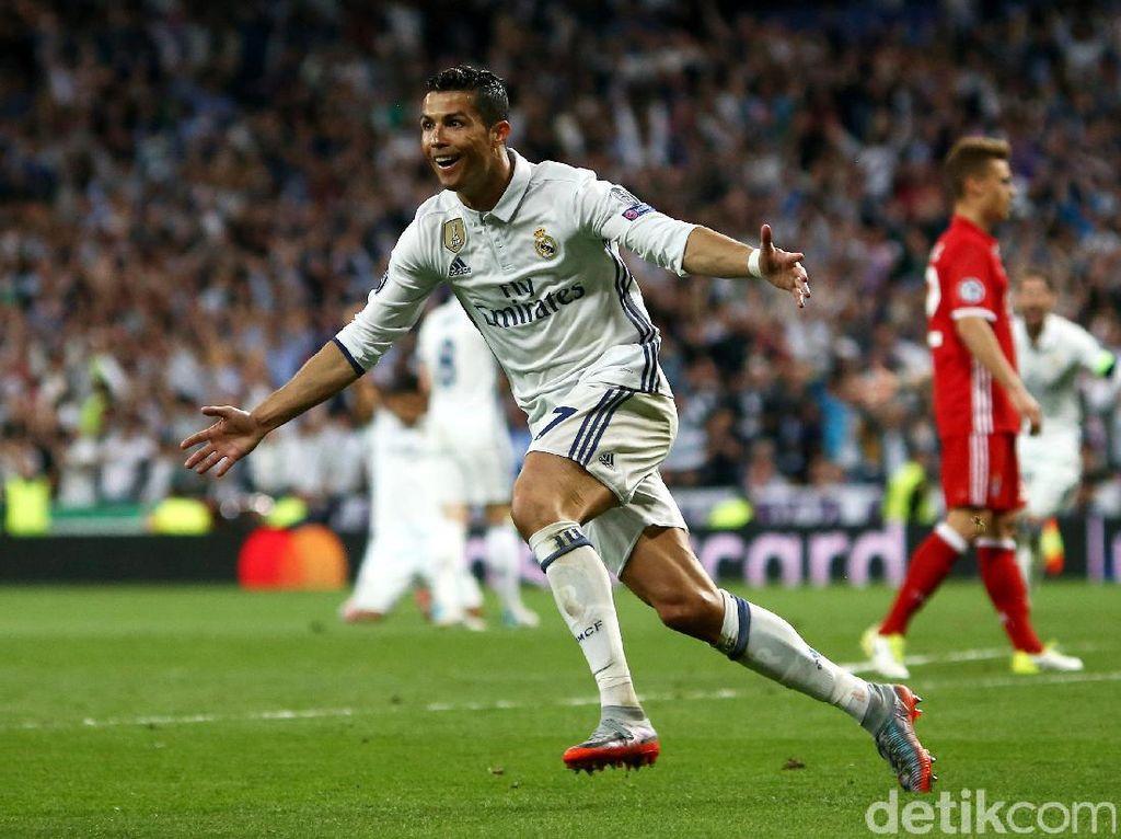 Cristiano Ronaldo merayakan gol. Dalam pertandingan ini pesepakbola asal Portugal itu tiga kali membobol gawang lawan. Gol-gol itu dicetak di menit ke-76, 105, dan 110. Michael Dalder/Reuters.