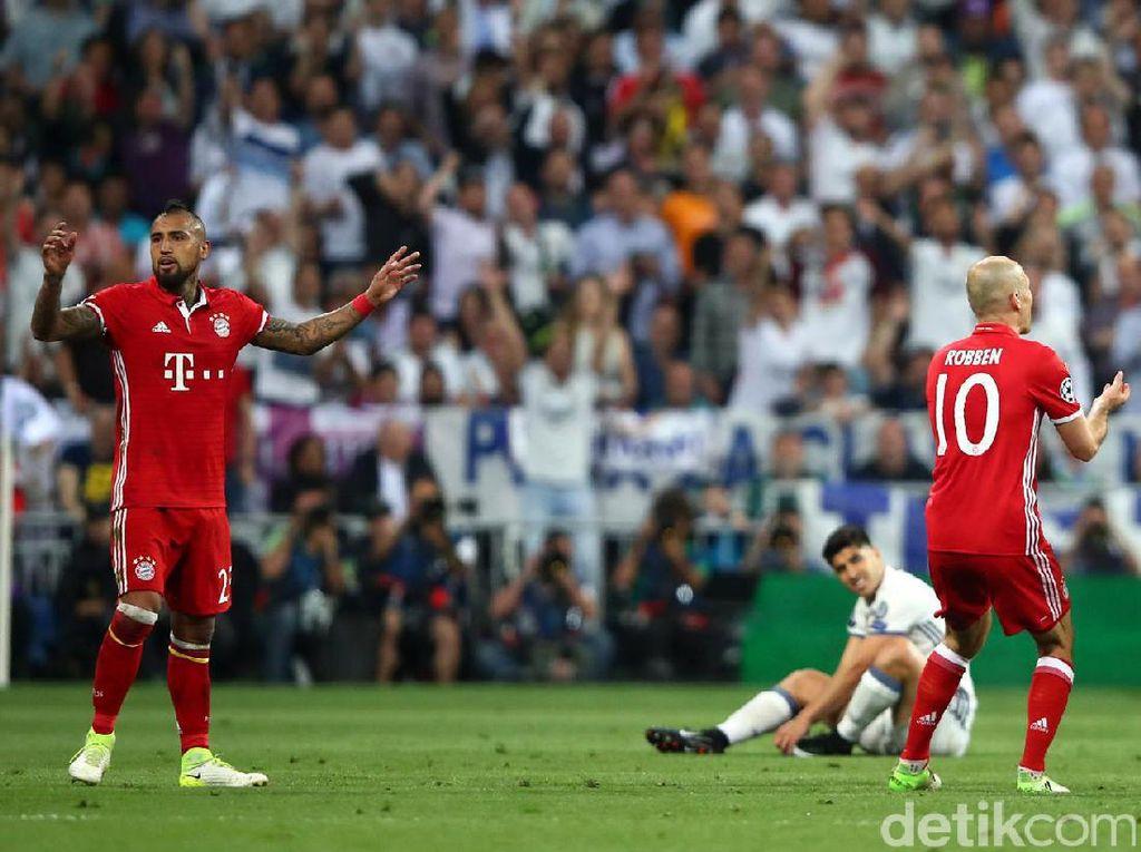 Memasuki menit ke-84, Bayern kehilangan satu pemainnya. Vidal harus meninggalkan lapangan karena mendapatkan kartu merah akibat tekelnya terhadap Asensio. Michael Dalder/Reuters.
