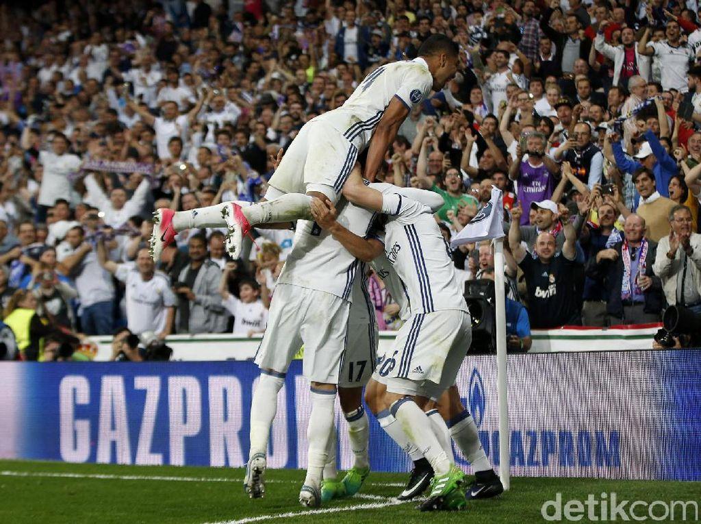 Para pemain Real Madrid merayakan gol yang dicetak oleh Marco Asensio di menit ke-112. Susana Vera/Reuters.