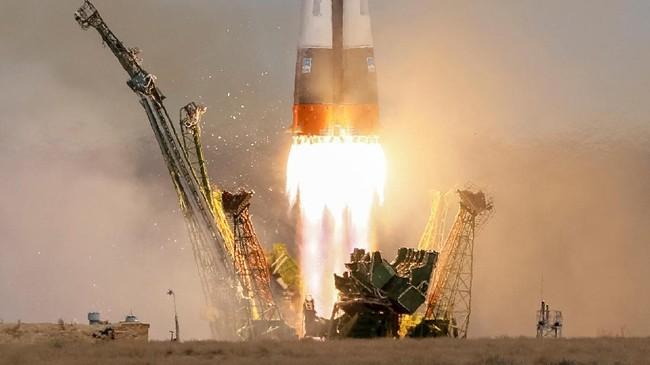 <p>Soyuz MS-04 meluncur pada pukul 01:13 pagi waktu setempat (REUTERS/Shamil Zhumatov)</p>