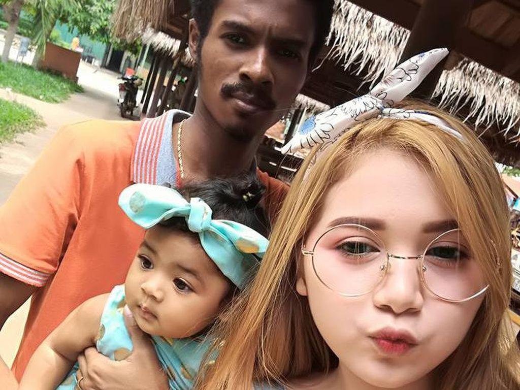 Lucy memposting foto dengan judul My Small Family. Menampakkan kebahagiaan dengan sang suami dan anak mereka. (Foto: Facebook)