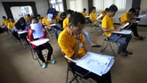 <p>Selain pendidikan informal, sebagian narapidana pun masih mengejar ketertinggalan mereka di bidang pendidikan formal. Contohnya, warga binaan Rutan Kelas II B Serang yang ikut ujian Paket C di Serang, Banten, Sabtu (15/4). (ANTARA FOTO/Asep Fathulrahman)</p>