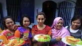 <p>Pengelola Lapas juga menggelar program lainnya untuk narapidana perempuan. Salah satunya, narapidana perempuan Rutan Kelas I Surakarta yang mengikuti lomba memasak nasi goreng di Solo, Jawa Tengah, Kamis (20/4). (ANTARA FOTO/Maulana Surya)</p>