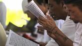 <p>Tak hanya di Makassar, kemeriahan peringatan Hari Kemasyarakatan pun hadir di Lapas kelas IIB Indramayu, Jawa Barat, Kamis (20/4). Sebagian narapidana turut membaca Al Quran. (ANTARA (FOTO/Dedhez Anggara)</p>
