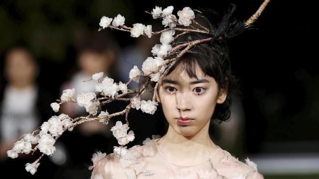 <p>Christian Dior membuka toko andalannya (flagship store) diGinza, Tokyo (19/4). Toko ini merupakan tokonya yang terbesar di Jepang. Peresmian toko ini ditandai dengan dua peragaan busana. Pertama, peragaan busana couture. Kedua, peragaan busana pria. (REUTERS/Toru Hanai)</p>