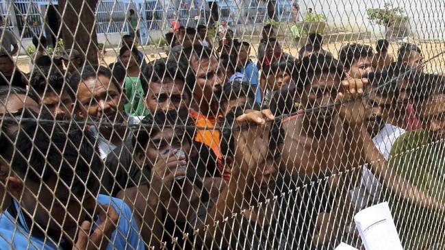 <p>Penempatan tahanan di rutan Idi melebihi kapasitas yang mencapai 378 orang dari daya tampung 70 orang. Jumlah tahanan yang masuk, jauh lebih tinggi dibandingkan dengan tahanan yang keluar. (ANTARA FOTO/Syifa Yulinnas)</p>