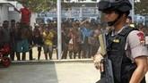 <p>Personel Polres Aceh Timur mengawasi Rumah Tahanan Idi usai kerusuhan di Desa Gampong Jalan, Kecamatan Idi rayeuk, Aceh Timur, Aceh, Jumat (24/3). (ANTARA FOTO/Syifa Yulinnas)</p>