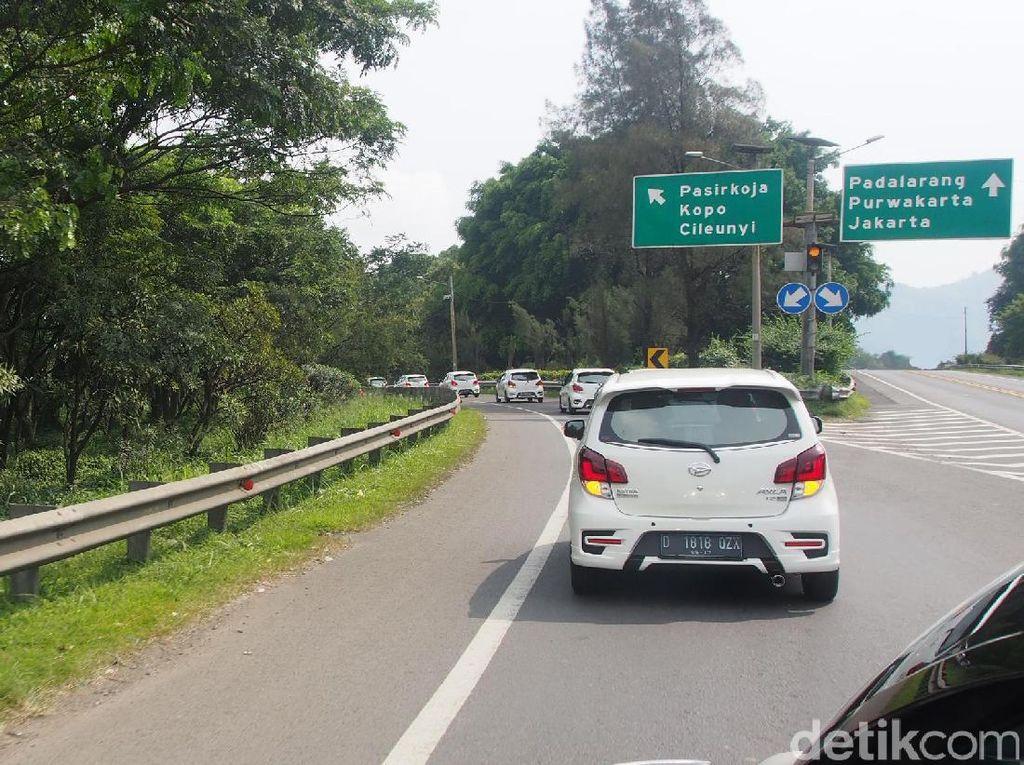 Selama menempuh perjalanan, jurnalis diajak Daihatsu untuk merasakan kenyamanan dan ketangguhan dalam berkendara dengan menggunakan New Astra Daihatsu Ayla. Foto: PT Astra Daihatsu Motor