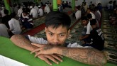 <p>Kegiatan keagamaan pun tak lupa dilakukan. Sebagian warga binaan Lapas Klas 1 Makassar, misalnya, bersiap mengikuti khatam Aquran massal di Makassar, Sulawesi Selatan, Kamis (20/4). Kegiatan itu dilakukan secara nasional dalam rangka menyambut HUT Kemasyarakatan ke-53. (ANTARA FOTO/Dewi Fajriani)</p>