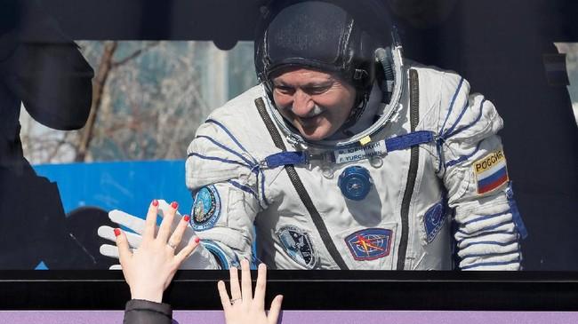 <p>Yurchikhin dan Fischer ditetapkan untuk menyelesaikan misi lima bulan di ISS, sebelum kembali ke Bumi pada September mendatang. (REUTERS/Shamil Zhumatov)</p>