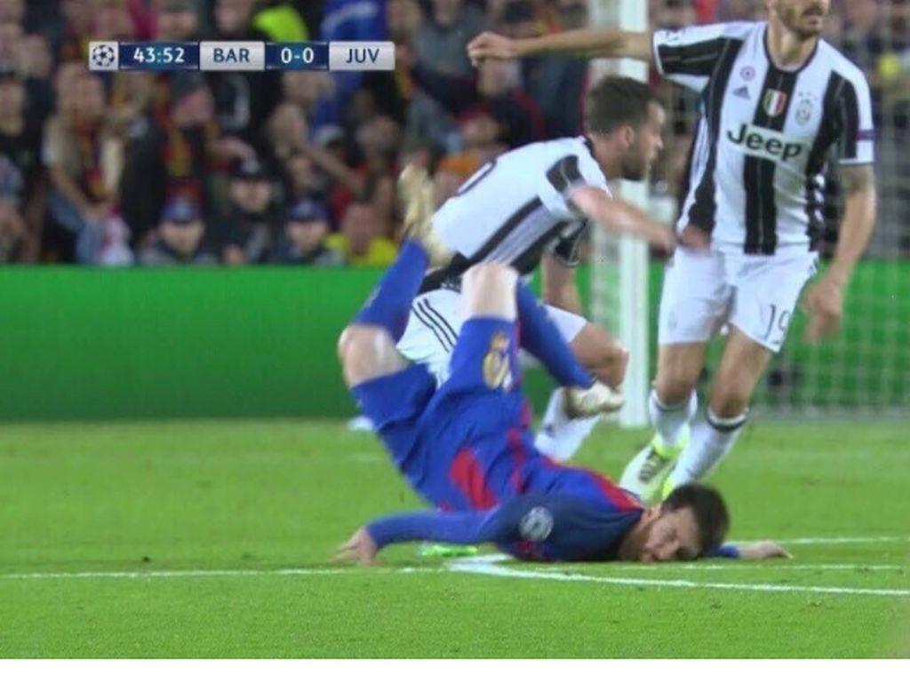 Messi pun tersungkur di daerah pertahanan Juventus. Foto: istimewa