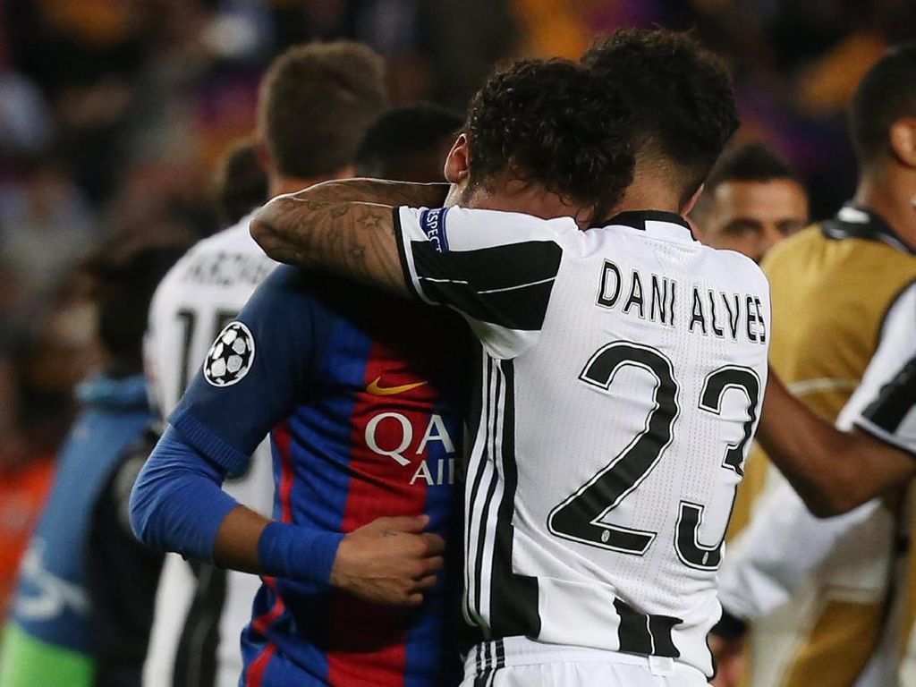 Dani Alves menenangkan Neymar. Reuters/Sergio Perez.