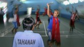 <p>Ada pula yang suka dengan seni. Sehingga, pembinaan lain macam berlatih menari di Lapas Banyuwangi, Jawa Timur, Selasa (18/4) juga dilakukan. Kegiatan tersebut juga untuk menyalurkan bakat narapidana. (ANTARA FOTO/Budi Candra Setya)</p>