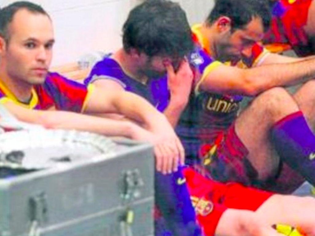 Para pemain Barca terpekur usai pertandingan. Foto: istimewa