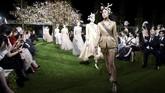 <p>Dalam peragaan busana couture, akan ada delapan koleksi musim panas/semi terbaru dimana inspirasi busana didapat sutradara kreatif Dior,Maria Grazia Chiuri, langsung dari Jepang. (AFP PHOTO/Toru YAMANAKA)</p>