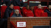 <p>Namu, Rooney tak dimainkan. Ia disimpan manajer MU Jose Mourinho (duduk bawah) di bangku cadangan. Bersama Rooney, Mourinho pun menyimpan Ashley Young, Daley Blind, dan Marouane Fellaini di bangku cadangan. (Reuters / Jason Cairnduff)</p>