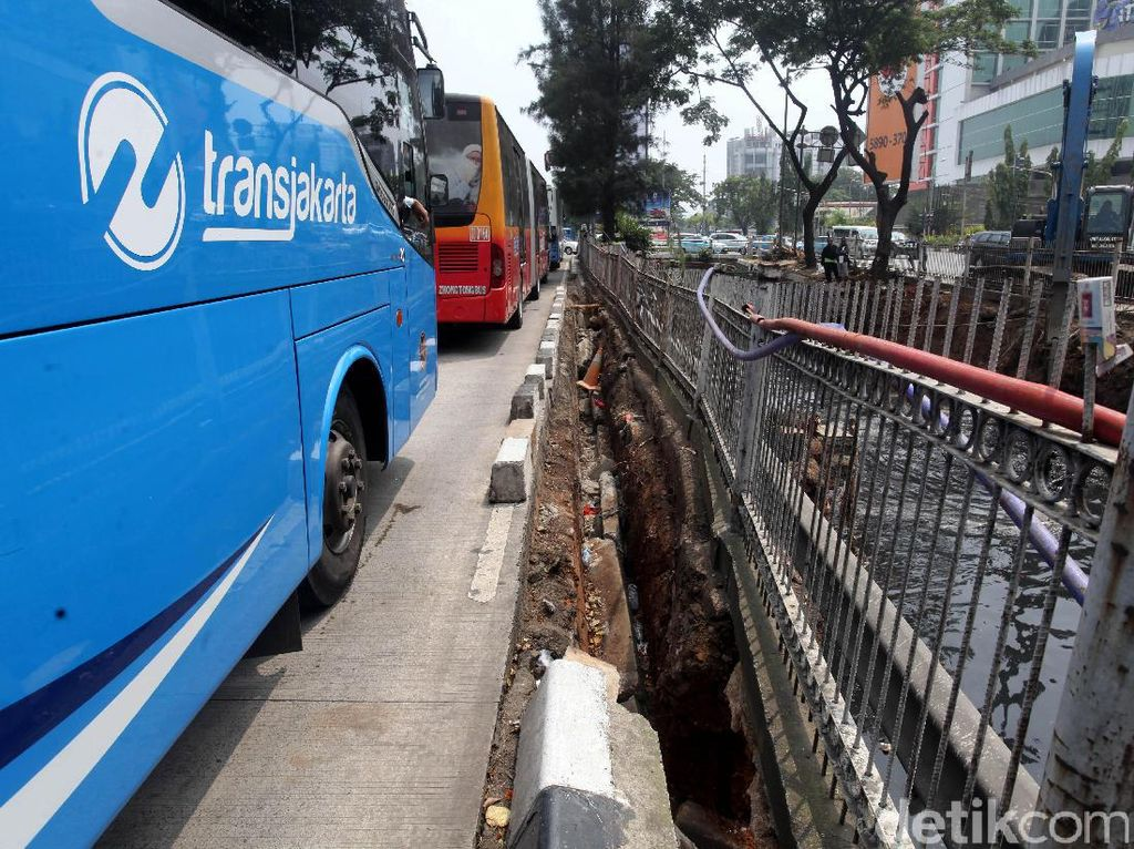 Pagar pembatas TransJakarta bergeser hampir 50 cm.