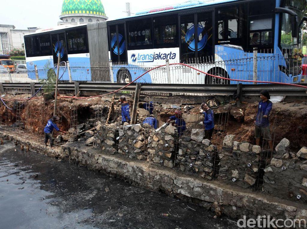 Longsor tersebut membuat bus TransJakarta harus berhati-hati saat melintas.
