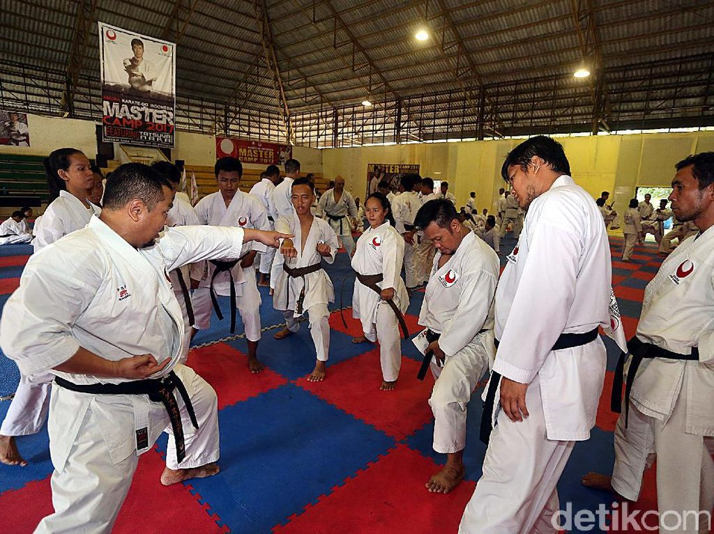 Sebanyak 180 karateka pemegang sabuk hitam mengikuti ajang ini.
