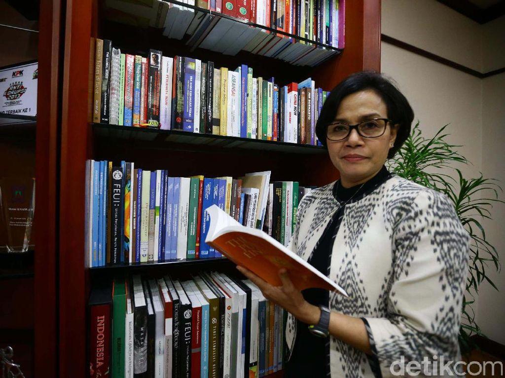 Sri Mulyani adalah Sarjana Ekonomi lulusan Universitas Indonesia pada 1986. Lalu melanjutkan pendidikan ke University of Illionis Urbana Champaign, USA dan mendapatkan gelar Master of Science of Policy Economics dan meraih gelar Ph.D.of Economics dari universitas yang sama pada 1992.