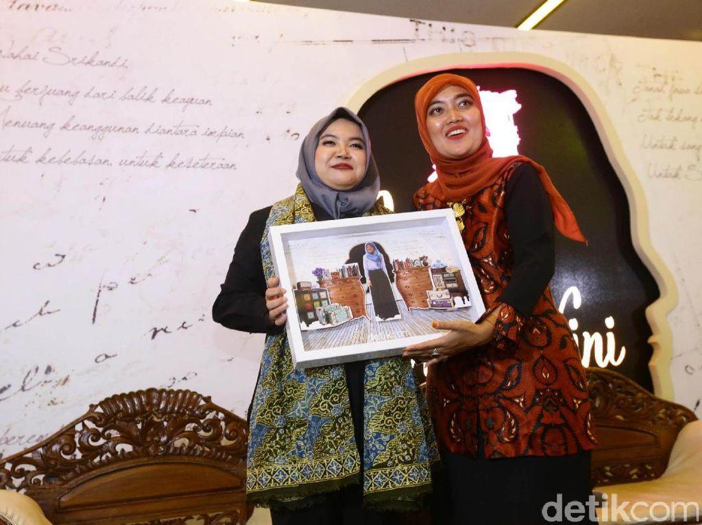 Bupati Lampung Timur Chusnunia Chalim menerima penghargaan.