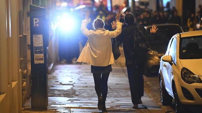 <p>Saat itu, semua orang kebingungan, tak tahu apa yang terjadi. Mereka terlalu kalut sehingga kehilangan arah. (AFP Photo/Franck Fife)</p>