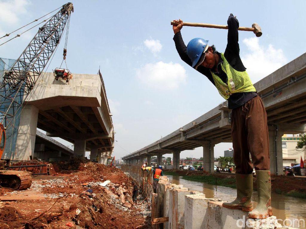 Pekerja tengah mengerjakan Tol Bekasi-Cawang-Kampung Melayu (Becakayu) seksi I rute Jakasampurna-Kampung Melayu.