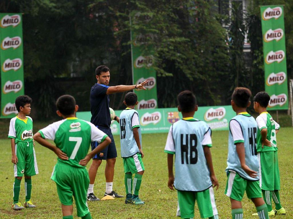 Jordi Fernandez sedang memberikan materi pelatihan tiki-taka kepada 16 pemain terbaik Milo Football Championship.