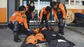 Setiap harinya Berty bersama rekan Basarnas Surabaya lainnya melakukan latihan rutin untuk meningkatkan kemampuan penyelamatan mereka. (ANTARA FOTO/Zabur Karuru).