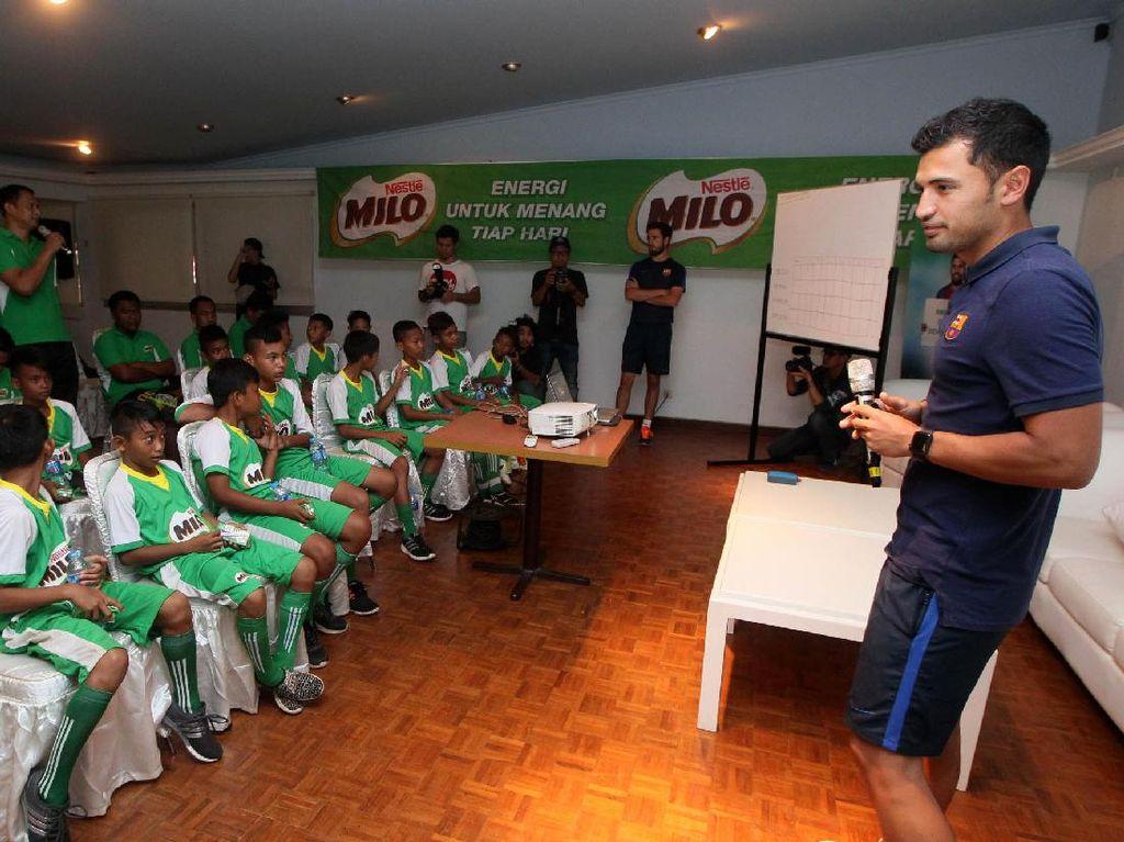 Jordi Fernandez memberikan materi tentang teknik bermain bola.