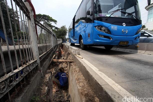 Turap Jalur TransJ di Jalan Pluit Longsor