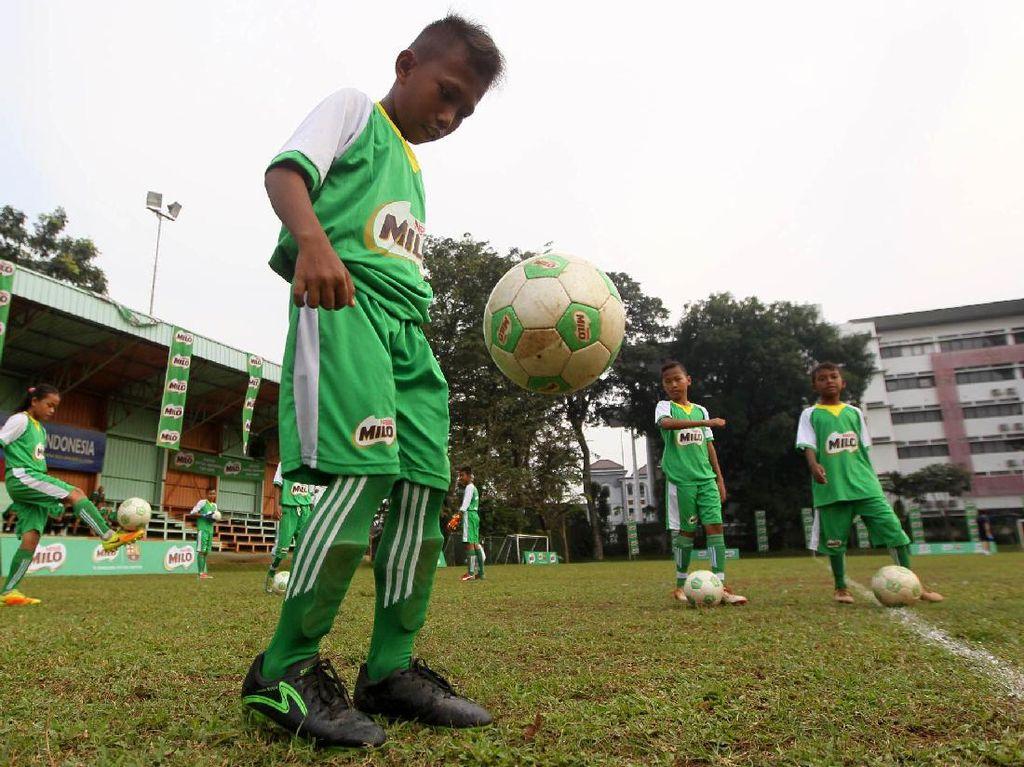 Salah satu pemain terbaik Milo Football Championship, Rico Andrean sedang melakukan juggling bola saat mengikuti pelatihan di Milo Football Camp.