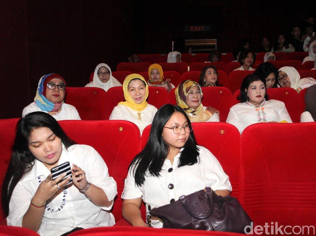 Nonton bareng film tersebut dalam rangka memperingati Hari Kartini.