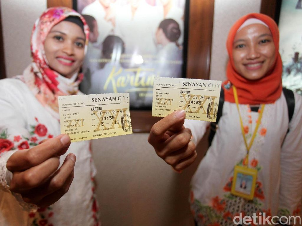 Mereka menunjukkan tiket sebelum nobar film Kartini.
