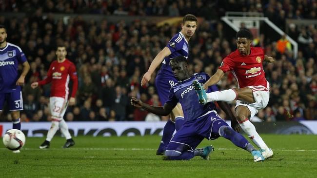 <p>Akhirnya, MU melenggang ke empat besar berkat gol Marcus Rashford (kanan) pada menit ke-107 ke gawang Anderlecht. MU ke semifinal berkat keunggulan agregat 3-2 atas Anderlecht. (Reuters / Andrew Yates)</p>