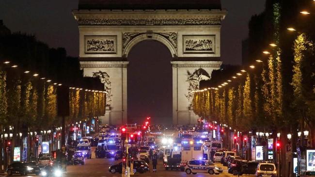 <p>Tak lama setelah penembakan, kepolisian langsung menutup lokasi kejadian yang sebelumnya dipadati warga dan turis, terutama di dekat monumen Arc de Triomphe. (Reuters/Christian Hartmann)</p>