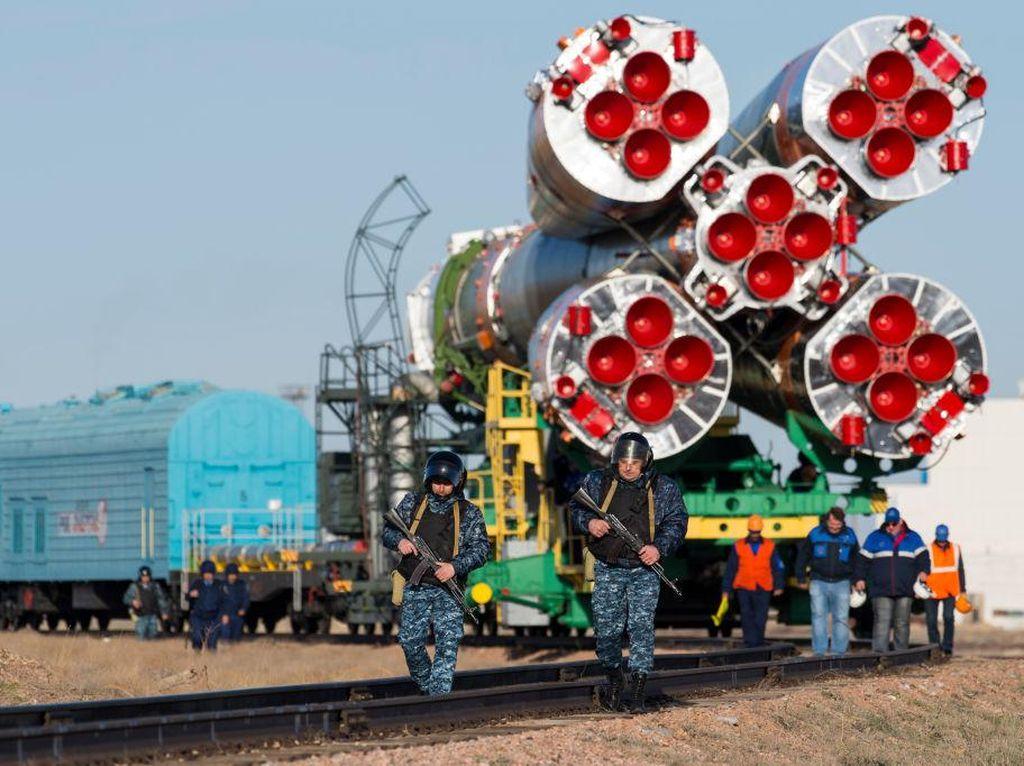 Terlihat penjagaan lengkap dengan senjata dilakukan selama penarikan roket ke tempat peluncuran. (Foto: GettyImages)