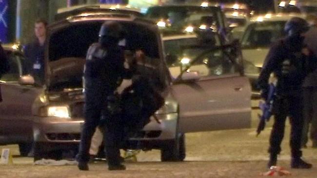 <p>Petugas akhirnya berhasil menembak mati sang pelaku yang menewaskan satu polisi. (Reuters/Reuters TV)</p>
