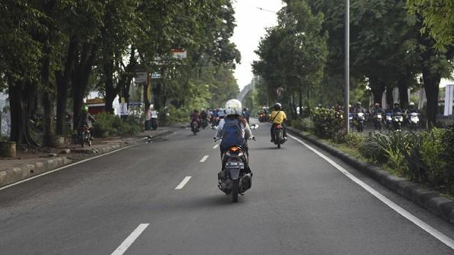 Rescuer perempuan Basarnas Berty Iswandini menuju Kantor SAR Surabaya. (ANTARA FOTO/Zabur Karuru).