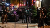 <p>Champs Elysees, Perancis, mencekam setelahinsiden penembakan terjadi di kawasan simbol Kota Paris itu pada Kamis (20/4). Para warga dan turis berlarian mencari tempat berlindung. (AFP Photo/Franck Fife)</p>
