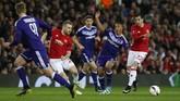 <p>MU berhasill unggul lebih dulu atas Anderlecht lewat gol Henrikh Mkhitaryan (kanan) di babak pertama. (Reuters / Andrew Yates)</p>