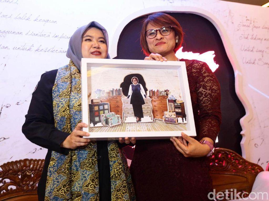 Menurut CEO PT XL Axiata Dian Siswarini (kanan) wanita bukan hanya dituntut untuk bisa mengejar impian sesuai minatnya tapi juga berbakti pada keluarga. Ini juga menjadi salah satu tantangan tersendiri bagi Dian.