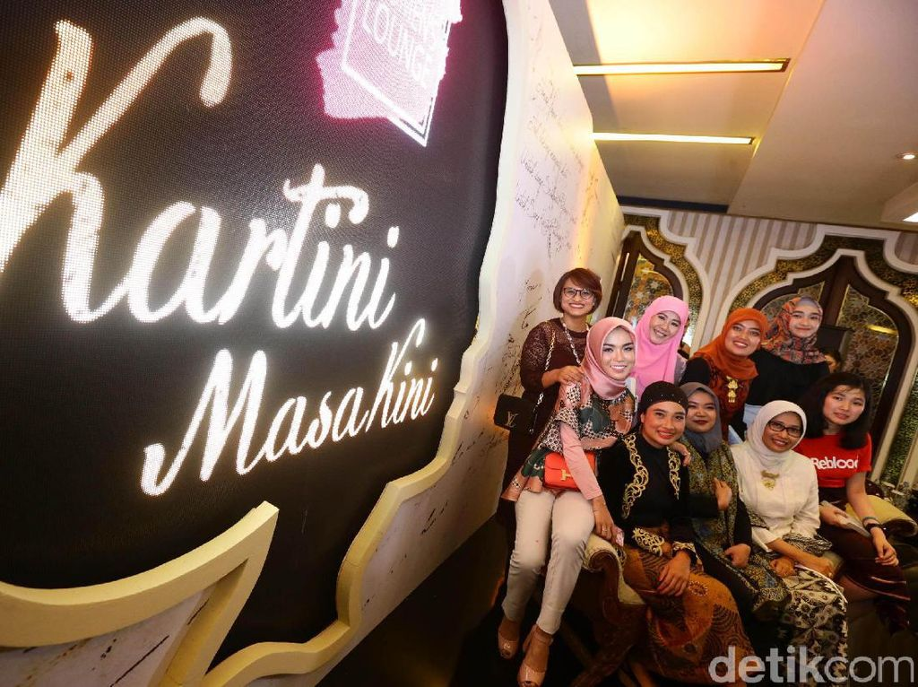 Para Kartini masa kini berfoto bersama.