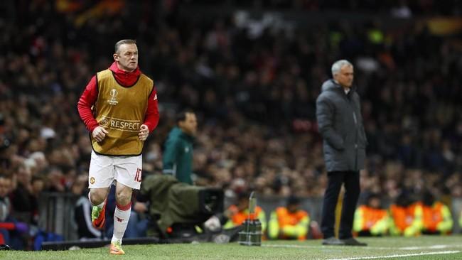 <p>Wayne Rooney (kiri) melakukan pemanasan di selapertandingan Manchester United menjamu Anderlecht dalam laga leg kedua perempat final Liga Europa di Stadion Old Trafford, 20 April 2017. (Reuters / Jason Cairnduff)</p>