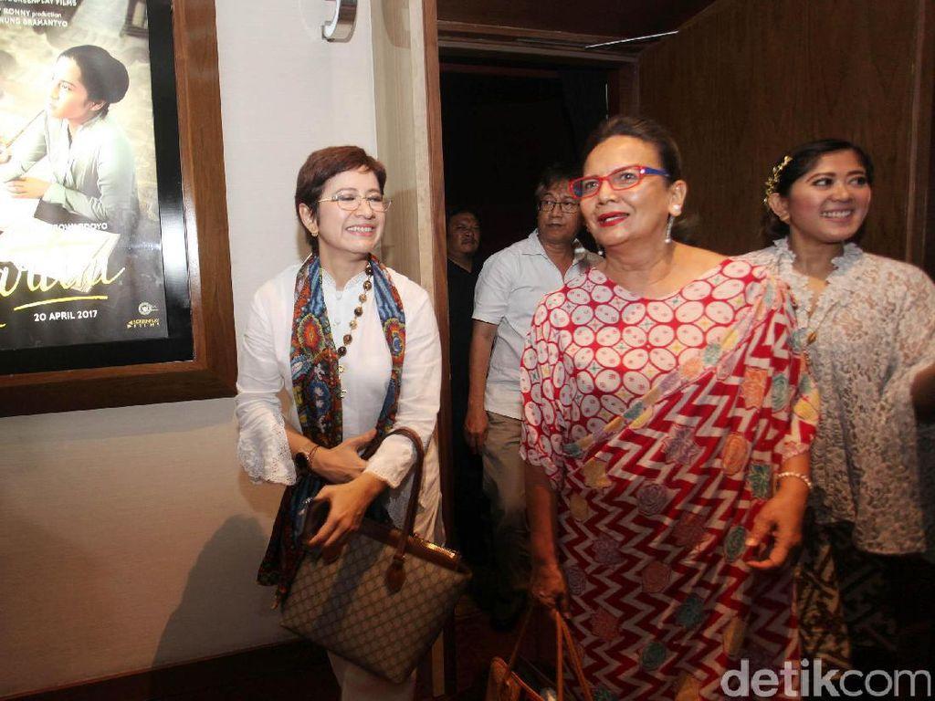 (Ki-ka) Anggota Kesatuan Perempuan Partai Golkar (KPPG) Nurul Arifin, Christine Hakim, dan Wakil Ketua Komisi I DPR Fraksi Golkar Meutya Hafid berbincang sebelum nobar film Kartini.